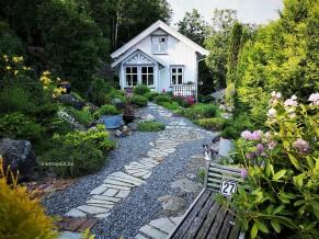 Følg stien, ned to trinn til høyre og forbi husets høyre side,